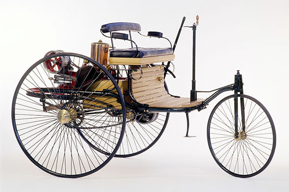 the history and first use of the internal combustion engine History acknowledges that gottlieb daimler and wilhelm maybach built the first motorcycle with an internal combustion (ic) engine in 1885, and that karl benz built his two-stroke engine in 1879 to propel his three-wheeled motowagen.