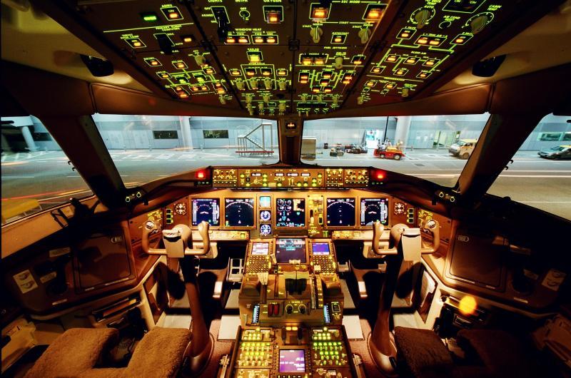 boeing 777 cockpit-715